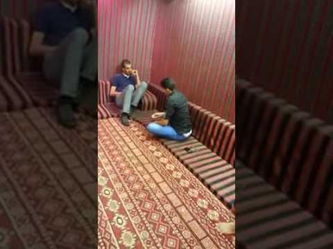 اليمن اليوم- شاهد رد فعل خليجي وجد ثعبانًا أثناء جلوسه مع أصدقائه