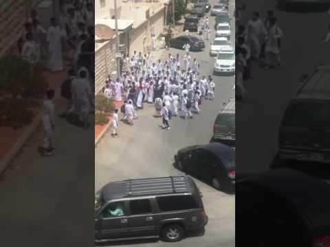 اليمن اليوم- شاهد مشاجرة عنيفة بين طلاب في السعودية