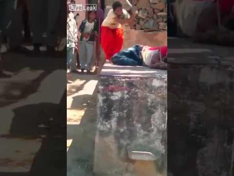 اليمن اليوم- شاهد امرأة تلقّن زوجها علقة ساخنة في الشارع