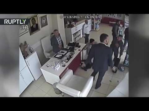 اليمن اليوم- بالفيديو عجلة تنفصل عن السيارة وتدخل إلى صيدلية