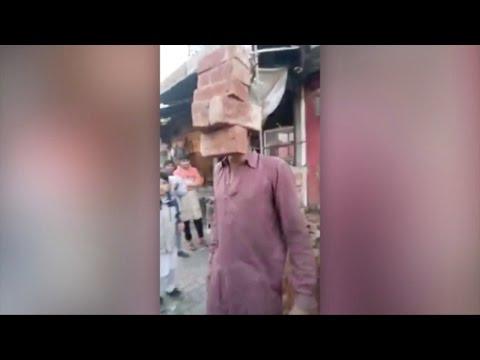 اليمن اليوم- شاهد عامل بناء باكستاني خارق يرفع الطوب بأسنانه
