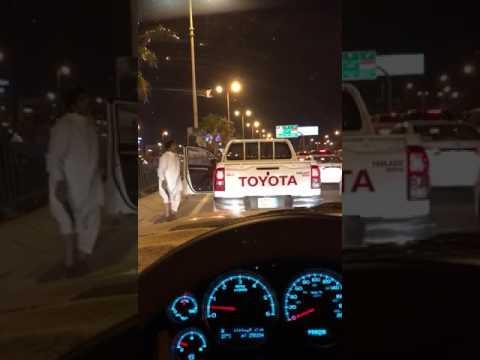 اليمن اليوم- شاهد رجل يرقص بـخنجر في منتصف الطريق يثير استياء السعوديين