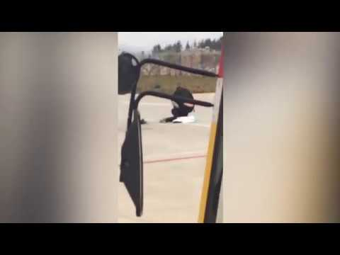 اليمن اليوم- شاهد خناقة بين زوجين داخل مطار قبل إقلاع طائرتهما