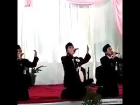 اليمن اليوم- شاهد لحظة تعرض منشد ديني لموقف محرج أمام الجماهير