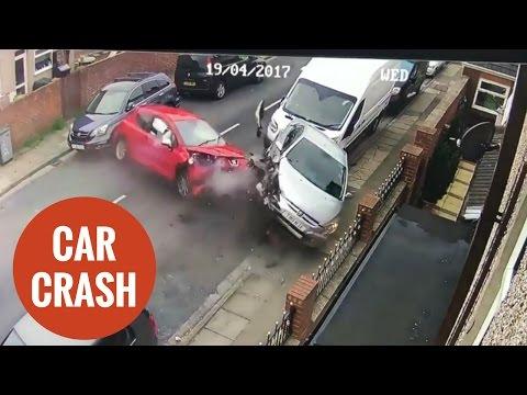 اليمن اليوم- شاهد سيارة مسرعة تصطدم بـ4 سيارات