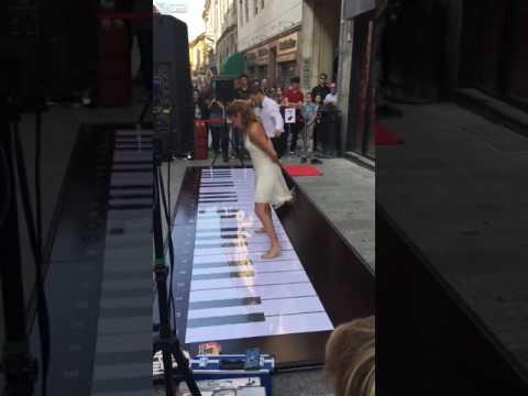 اليمن اليوم- بالفيديو وصلة رقص رائعة لفتاة صغيرة أثناء العزف على بيانو ضخم بقدميها