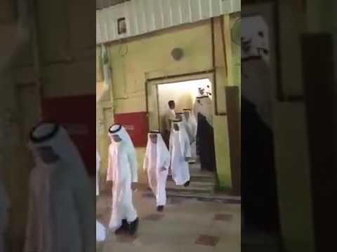 اليمن اليوم- تصرف معلم مع طالب في حفلة التخرج يشعل مواقع التواصل