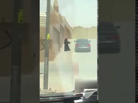 اليمن اليوم- تبادل فتاة وشاب للقبلات في الشارع يثير ضجة في السعودية