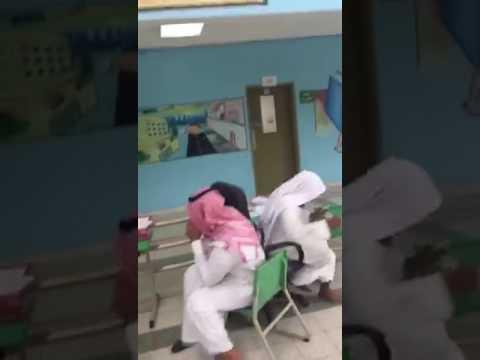 اليمن اليوم- لعب معلمين داخل فناء مدرسة يثير استياء السعوديين