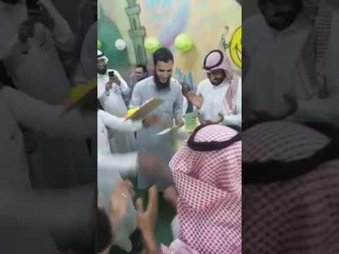 اليمن اليوم- بالفيديو مدرّس مذهل يتعامل بلطف مع طفل يتيم