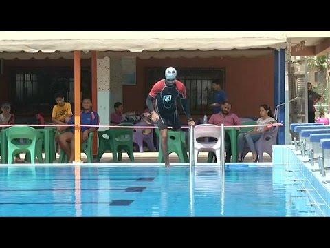اليمن اليوم- بالفيديو عمر حجازي يقطع خليج العقبة سباحة رغم ساقه المبتورة