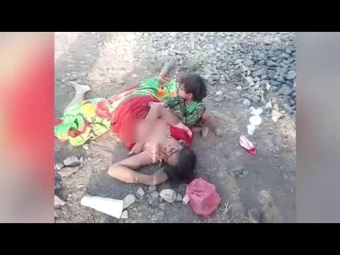 اليمن اليوم- شاهد طفل يحاول إيقاظ والدته القتيلة