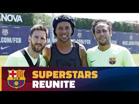 اليمن اليوم- رونالدينيو يزور فريق برشلونة لمؤازرتهم