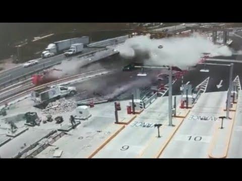 اليمن اليوم- شاهد سيارة نقل تنقلب على الطريق