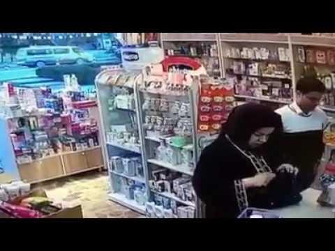 اليمن اليوم- شاهد امرأة تقوم بسرقة صاحب صيدلية