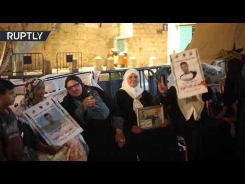 اليمن اليوم- شاهد أمهات الأسرى الفلسطينيين يحتفلن بسبب تعليق إضراب أبنائهن