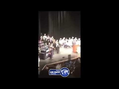 اليمن اليوم- بالفيديو  طالب يعتدي على معلميه لحظة تسلمه شهادة التخرج