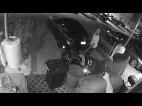 اليمن اليوم- شاهد محاولة لسرقة دراجة نارية تنتهي بالفشل