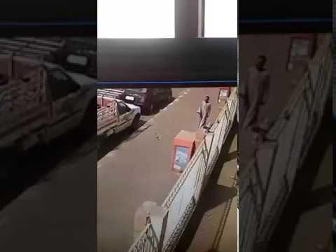 اليمن اليوم- شاهد لحظة سرقة سيارة في أحد شوارع قنا أمام المارة
