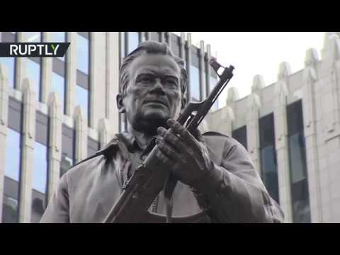 اليمن اليوم- شاهد إزاحة الستار عن تمثال ميخائيل كلاشينكوف في وسط موسكو