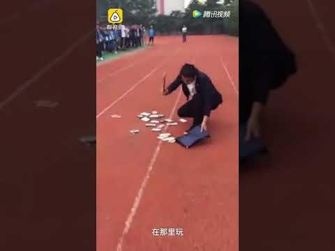 شاهد  مدرسة تجبر طلابًا على تحطيم هواتفهم الثمينة