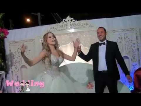 اليمن اليوم- شاهد عروس تخطف الأضواء في حفل زفافها برقصة مرحة