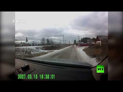 بالفيديو قاتل فتاتين يهاجم سيارة شاهد عيان