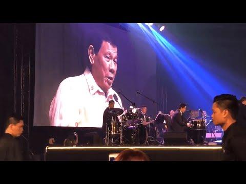 بالفيديو رئيس الفلبين يغني لدونالد ترامب
