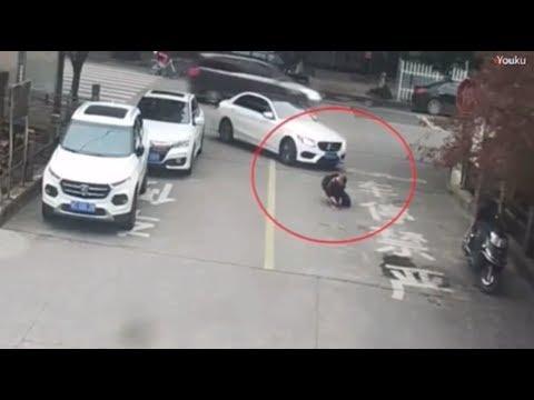 شاهد طفل ينجو من الموت بسبب حقيبة المدرسة