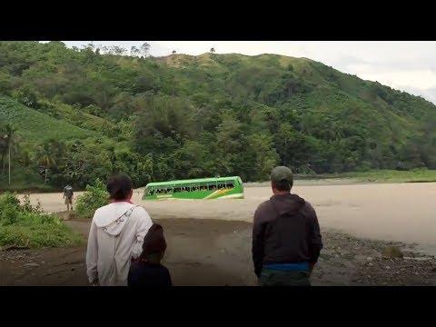 شاهد حافلة مدرسية تعبر النهر في مغامرة خطيرة