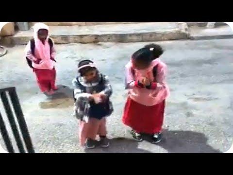 شاهد النجم عيوش يلعب مع الأطفال تمارين الصباح المدرسية