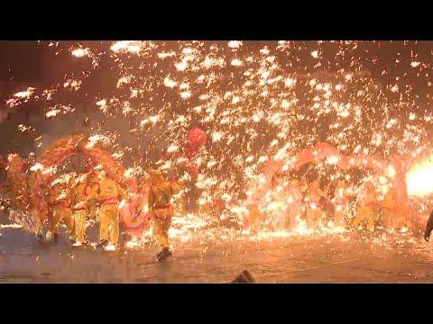 شاهد الصينيون يحتفلون بـعام الكلب بكرنفالات ضخمة