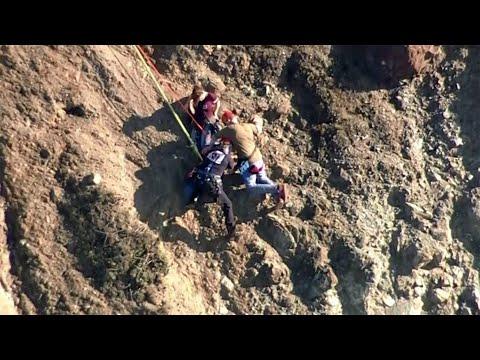 شاهد لحظة إنقاذ اثنين من السياح حوصروا أعلى منحدر خطير