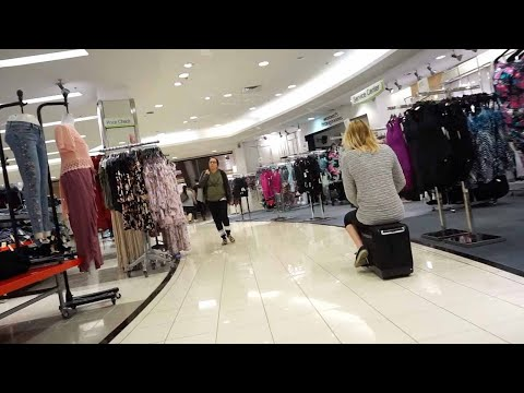 شاهد زوجان يقودان الحقيبة الذكية وسط ذهول المتسوقين