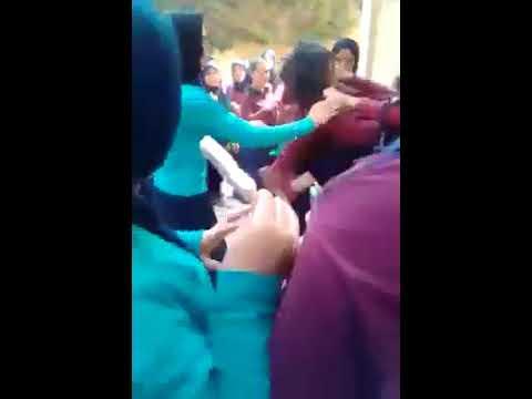 شاهد مشاجرة بالأيدي بين طالبتين ثانوي