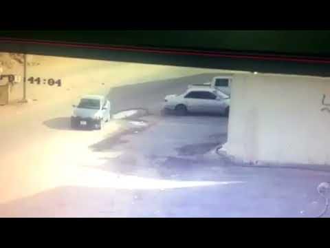 شاهد نهاية مؤلمة لسعودي حاول منع سرقة سيارته