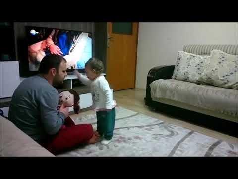شاهد طفلة صغيرة تصاب بالغيرة على والدها
