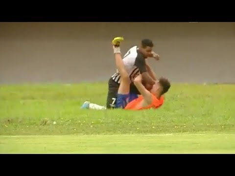 شاهد لحظة اعتداء لاعب برازيلي على مشجع فرح بهدف للفريق الآخر