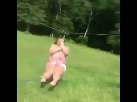 بالفيديو لحظة سقوط امرأة بدينة بطريقة مروعة
