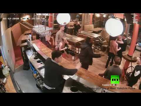 شاهد شجار جماعي داخل حانة في بريطانيا