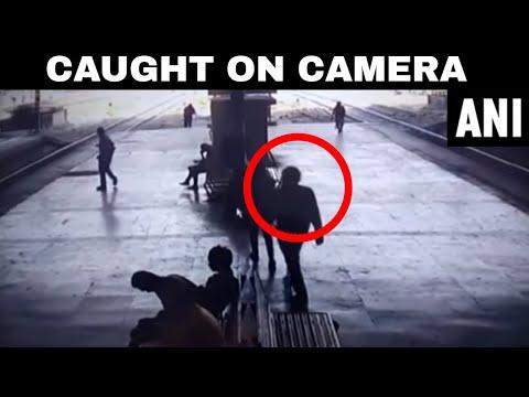 شاهد هندي يتحرش بفتاة على رصيف محطة القطار