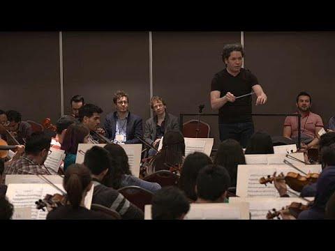 شاهد غوستافو دوداميل يشارك الموسيقيين الشباب