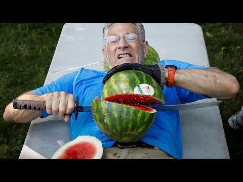 شاهد أميركي يدخل غينيس لتقطيع أكبر عدد من ثمار البطيخ على بطنه