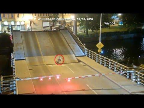شاهد دراجة تسقط بين طرفي جسر