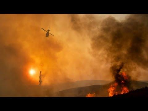 شاهدرجال الإطفاء يسعون لإخماد أكبر حريق في تاريخ كاليفورنيا