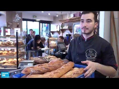 شاب تونسي يُقدم الخبز إلى الرّئيس الفرنسي ماكرون كلّ يوم