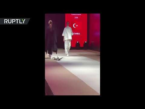 شاهد قطَّة تتحدى عارضات الأزياء في تركيا خلال أزمود الدولي