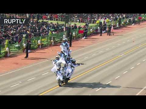 شاهدعرض مذهل لسائقي الدراجات النارية في الهند