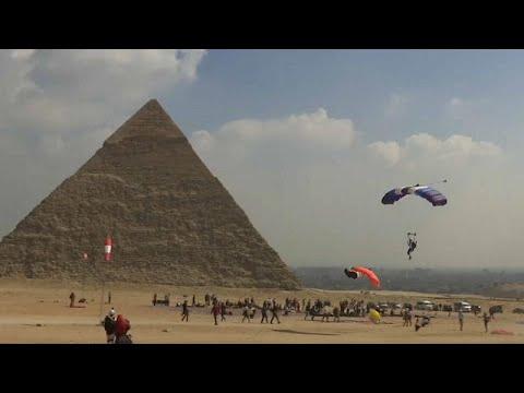شاهد 150 مغامرًا من 32 دولة يقفزون بالمظلات فوق الأهرامات