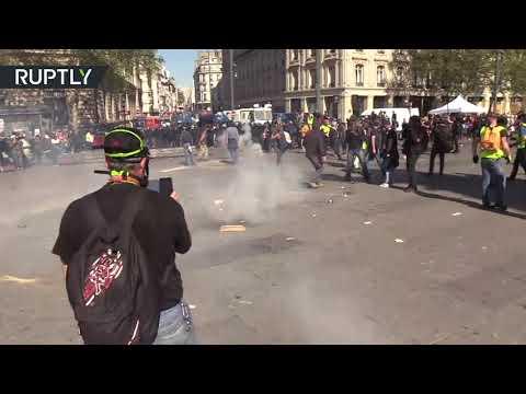 شاهد ارتفاع حدة الاشتباكات بين مُحتجي السترات الصفراء والشرطة في باريس